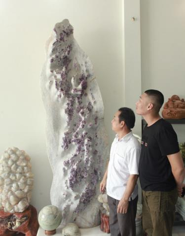 The 1.6m-high, 1m-wide and 40cm-thick ruby root.