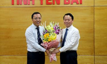 Chairman of the Yen Bai provincial People's Committee Do Duc Duy presents flowers to Ambassador Nguyen Hoang Long, Director of the Foreign Ministry's Department for Foreign Affairs of Provinces, to congratulate him on his appointment as Vietnamese Ambassador to the UK.