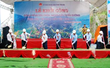 Chairman of the Yen Bai People's Committee Do Duc Duy, other leaders of the province, the investors and contractors of the two projects participate in a groundbreaking ceremony.