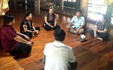 Người dân thôn Ngòi Tu trao đổi kinh nghiệm làm du lịch cộng đồng với lãnh đạo địa phương.