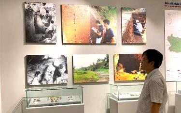 Quyền Giám đốc Bảo tàng tỉnh Nguyễn Hoàng Long giới thiệu các không gian trưng bày.