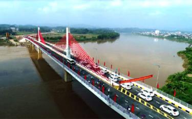 Cầu Bách Lẫm đưa vào sử dụng năm 2018 đã kết nối hạ tầng hai bờ sông Hồng, góp phần thúc đẩy phát triển kinh tế của tỉnh và thành phố Yên Bái.  (Ảnh: Thanh Miền)