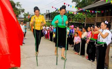 Nhân dân xã Phù Nham thi đấu thể thao dân tộc trong lễ hội truyền thống địa phương.