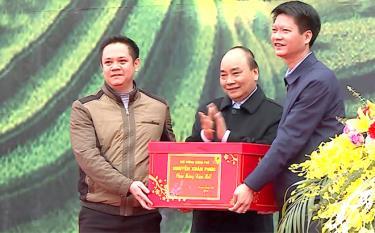 Thủ tướng Chính phủ Nguyễn Xuân Phúc tặng quà huyện Trấn Yên - huyện đầu tiên đạt chuẩn nông thôn mới khu vực Tây Bắc. (Ảnh: Hoài Văn)