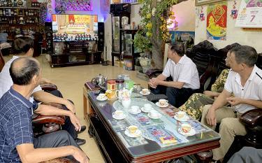 Nhân dân tổ dân phố Hồng Phong, phường Hồng Hà, thành phố Yên Bái xem truyền hình trực tiếp khai mạc Đại hội đại biểu Đảng bộ tỉnh Yên Bái lần thứ XIX, nhiệm kỳ 2020 - 2025.