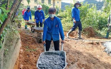 Đoàn viên thanh niên Huyện đoàn Mù Cang Chải hỗ trợ nhân dân làm đường giao thông nông thôn, góp phần chung tay XDNTM.