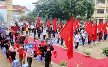 The opening ceremony of the new academic year at the Xuan Tam Primary and Junior High School in Van Yen district.
