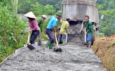 Nhân dân xã Thịnh Hưng, huyện Yên Bình bê tông hóa đường giao thông nông thôn.