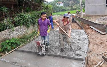 Nhân dân xã Yên Thái, huyện Văn Yên bê tông hóa đường giao thông nông thôn.