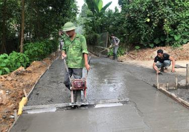 Nhân dân thôn Hương Lý, xã Đại Đồng tích cực đóng góp và tham gia kiên cố hóa đường giao thông nông thôn.