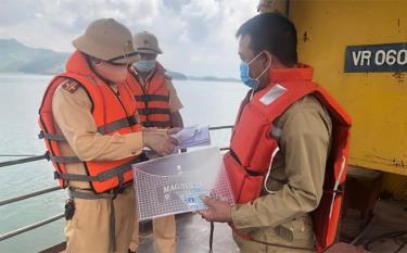 Lực lượng Cảnh sát giao thông đường thủy, Công an tỉnh tăng cường tuần tra, kiểm soát người và phương tiện lưu thông trên hồ Thác Bà.
