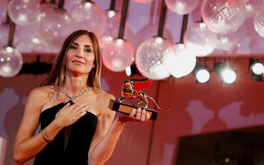 Nữ đạo diễn Audrey Diwan nhận giải Sư tử Vàng ở LHP Venice.