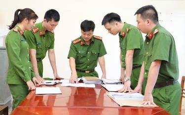 Cán bộ, chiến sĩ Văn phòng Cơ quan Cảnh sát điều tra, Công an tỉnh xây dựng phương án đấu tranh bắt giữ đối tượng phạm tội.