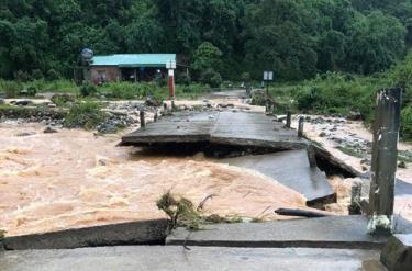 Cầu tràn trên địa bàn xã Đăk Pxi, H.Đăk Hà (Kon Tum) bị hư hỏng.
