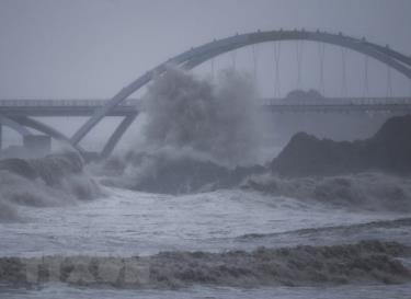 Sóng lớn ở khu vực đảo Zhoushan, tỉnh Chiết Giang khi bão Chanthu chuẩn bị đổ bộ, ngày 13/9/2021.