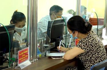 Người dân đến làm thủ tục giải quyết đất đai tại Chi nhánh Văn phòng Đăng ký đất đai thành phố Yên Bái.