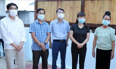 Lãnh đạo thị xã Nghĩa Lộ và xã Thạch Lương kiểm tra khu tái định cư thôn Bản Cại.  (Ảnh: Mạnh Cường)
