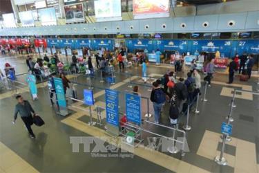 Hành khách làm thủ tục tại sân bay quốc tế Nội Bài. Ảnh tư liệu
