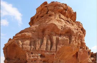 Bức phù điêu lạc đà nổi tiếng, đã bị hư hại một phần do xói mòn từ bão cát - Ảnh: Bộ Văn hóa Ả Rập Saudi.
