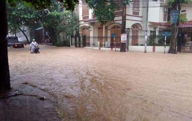 Một số tuyến đường tại thành phố Yên Bái thường bị ngập cục bộ khi mưa lớn.
