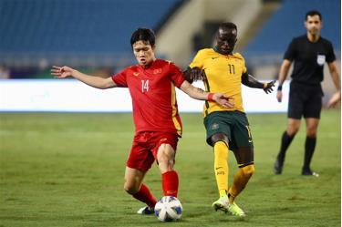 Tuyển Việt Nam (áo đỏ) bị trừ điểm do thua 2 trận ở vòng loại thứ ba World Cup 2022.