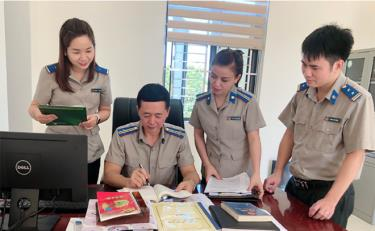 Lãnh đạo và chấp hành viên Chi cục Thi hành án dân sự thành phố Yên Bái trao đổi nghiệp vụ giải quyết án dân sự tồn đọng.