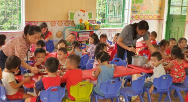 Trường Mầm non xã Động Quan, huyện Lục Yên luôn chú trọng công tác vệ sinh, an toàn thực phẩm và chất lượng dinh dưỡng bữa ăn cho trẻ. (Ảnh: Văn Tuấn)