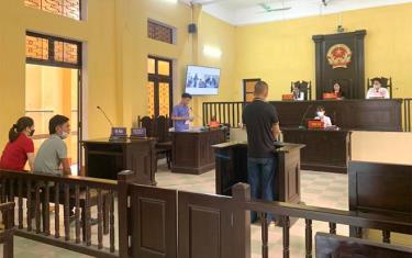 """Quang cảnh phiên tòa xét xử sơ thẩm công khai bị cáo Phạm Thái Bình về tội """"Hủy hoại tài sản"""" tại TAND thành phố Yên Bái."""