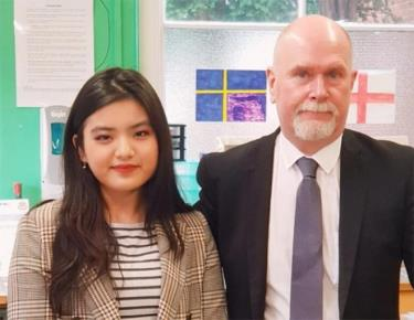 Khánh Linh cùng thầy giáo dạy Sinh học ở trường THPT.