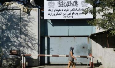 Tấm biển đề chữ Bộ Thúc đẩy Đức hạnh và Ngăn ngừa Đồi bại trước tòa nhà Bộ Phụ nữ tại Kabul, Afghanistan, hôm 17/9.
