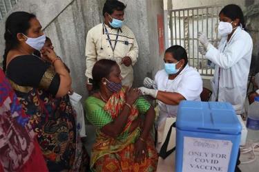 Nhân viên y tế đang tiêm vắc xin Covid-19 cho người dân ở Hyderabad, Ấn Độ.