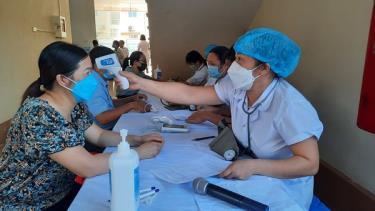 Trong 2 ngày 14 và 15/9, huyện Lục Yên tổ chức tiêm vắc xin Astra Zenneca đợt 5 cho đối tượng tiêm mũi 1, là lực lượng tuyến đầu phòng, chống dịch và công nhân một số công ty, doanh nghiệp trên địa bàn. Ảnh: Khám sàng lọc cho người đến tiêm (Ảnh:FB: Tin tức Lục Yên).