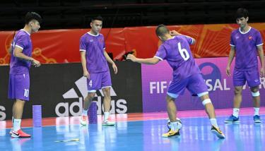 ĐT Futsal Việt Nam tập làm quen sân đấu Kaunas. (Ảnh: VFF).