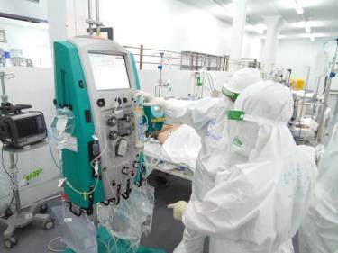 Các y bác sĩ điều trị cho bệnh nhân COVID-19