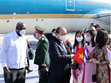 Ủy viên Bộ Chính trị, Phó Chủ tịch nước Salvador Valdes Mesa Cu Ba đón đón Chủ tịch nước Nguyễn Xuân Phúc tại sân bay Quốc tế Jose Marti Habana.