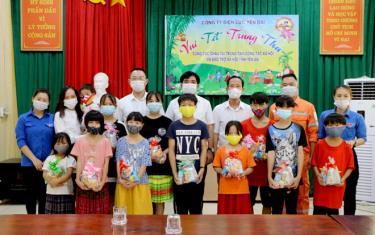 Trên 70 suất quà Trung thu được trao tặng cho các cháu ở Trung tâm Công tác xã hội và Bảo trợ xã hội là tình cảm, sự quan tâm của cán bộ, người lao động Công ty Điện lực Yên Bái.