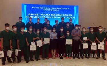 Bà Trương Thị Bích Hạnh - Trưởng ban Tuyên giáo Tỉnh ủy Bình Dương tặng bằng khen của UBND tỉnh cho 7 thành viên 2 đoàn công tác.