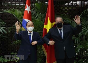 Chủ tịch nước Nguyễn Xuân Phúc và Thủ tướng Cộng hòa Cuba Manuel Marrero Cruz vẫy tay chào.