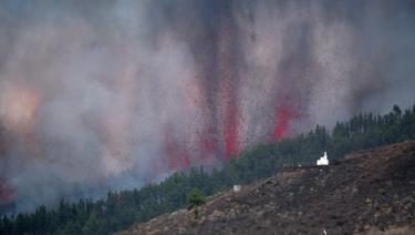 Núi lửa ở công viên Cumbre Vieja phun trào tạo một cột khói, tro bụi và dung nham. (Nguồn: AFP/Getty Images)