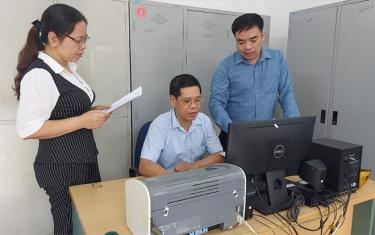 Cán bộ Phòng Lao động, Thương binh và Xã hội huyện Yên Bình thực hiện rà soát, thẩm định danh sách các đối tượng bị ảnh hưởng do dịch bệnh Covid-19 được thụ hưởng chính sách hỗ trợ của Nhà nước.