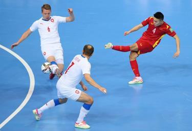 Futsal Việt Nam (áo đỏ) giành vé vào vòng 1/8.