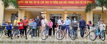 8 chiếc xe đạp   được trao tặng cho các học sinh của trường.