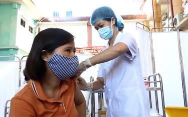 Người dân thị xã Nghĩa Lộ tiêm vacxin Covid-19.