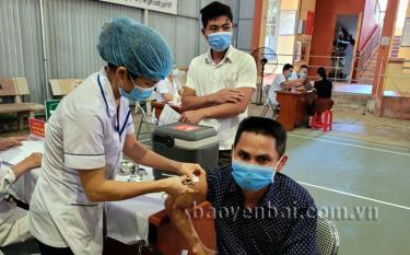 Người dân tiêm vắc xin COVID-19 tại Trung tâm Y tế huyện Trấn Yên sáng 20/9.