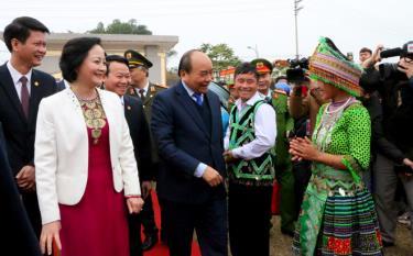 Niềm vui của bà con nhân dân các dân tộc Yên Bái khi được đón Thủ tướng Chính phủ Nguyễn Xuân Phúc lên dự và trao bằng công nhận huyện Trấn Yên đạt chuẩn quốc gia nông thôn mới năm 2019.