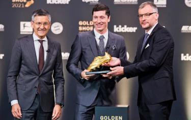 Lewandowski nhận danh hiệu Chiếc giày vàng châu Âu 2021.
