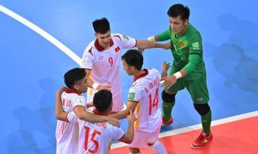 Đồng đội chia vui cùng Văn Hiếu (số 14).