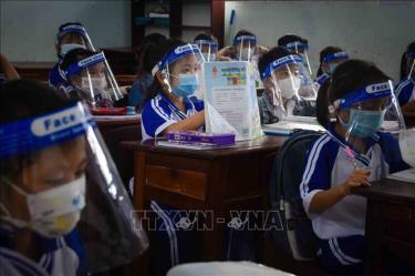Học sinh Trường Tiểu học Thới Bình C (xã Thới Bình, huyện Thới Bình, tỉnh Cà Mau) đeo khẩu trang, tấm chắn giọt bắn trong suốt quá trình học.
