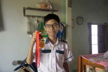 Nguyễn Thanh Hùng bên chiếc huy chương vàng kỳ thi Olympic 30-4