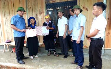 Lãnh đạo huyện Mù Cang Chải trao sổ đỏ và nhà ở cho hộ gia đình bà Giàng Thị Chù thuộc diện hộ nghèo đặc biệt khó khăn ở xã La Pán Tẩn.